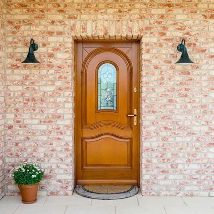 Protection pour une porte bois exotique